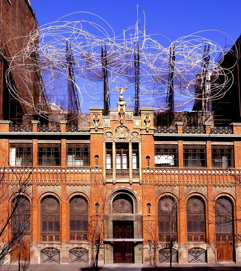 Picture of the Fundació Tàpies. Modernist building with wire sculpture above it.