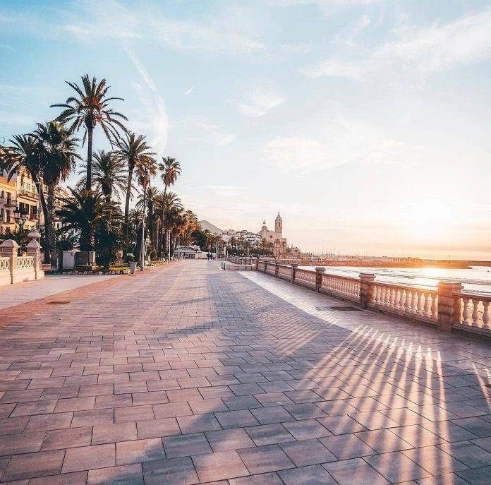 The Sitges boardwalk, photo via @goodthompson
