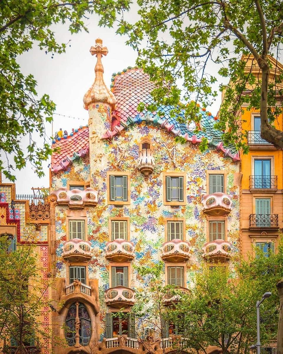 Casa Batllò – one of Gaudí's designs, photo via @caldeh
