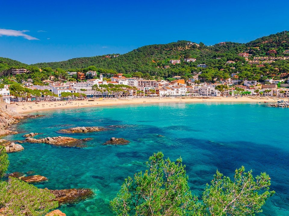 Turquoise blue waters and charming towns on the Costa Brava