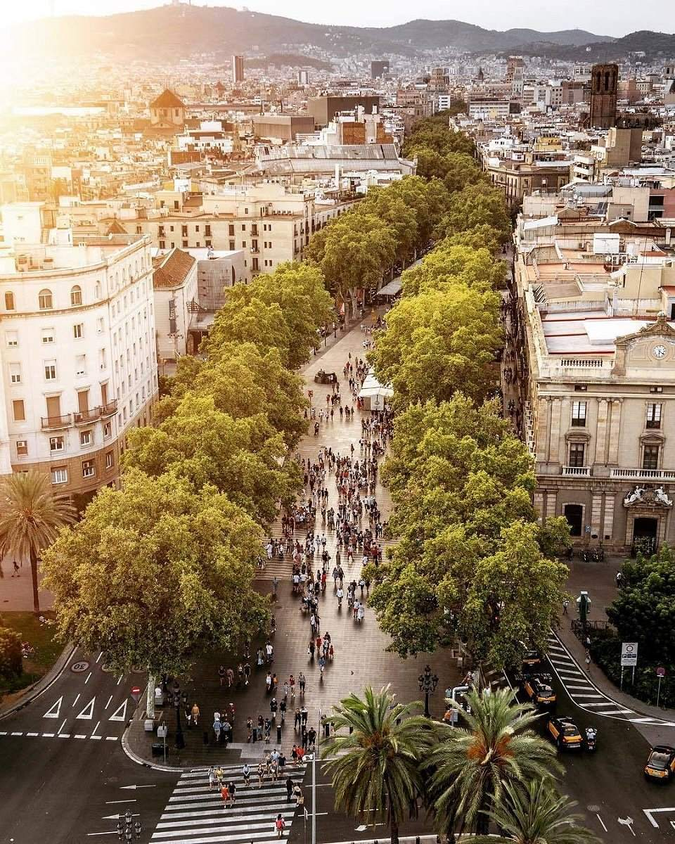 Las Ramblas, from the statue of Christopher Colombus, photo via @msubirats